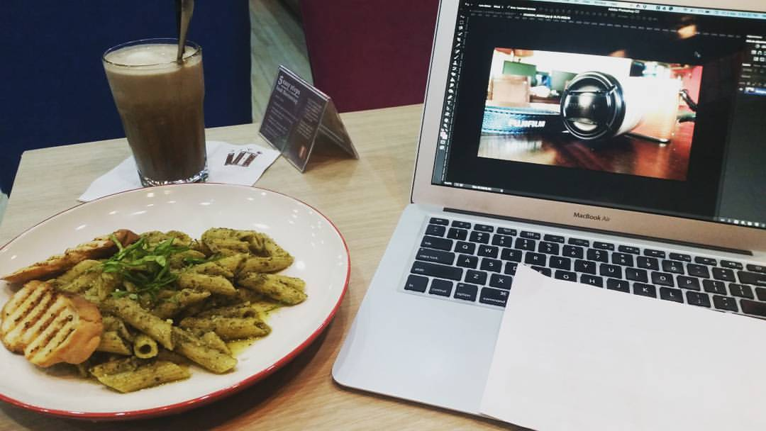 Blogger at work at book and borders cafe