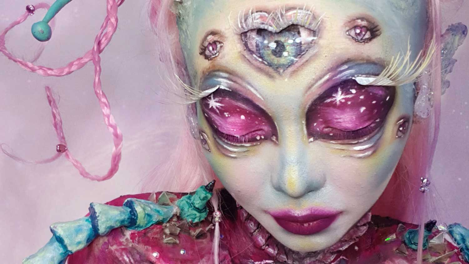 Cosplayer mom's winning extra-terrestrial look